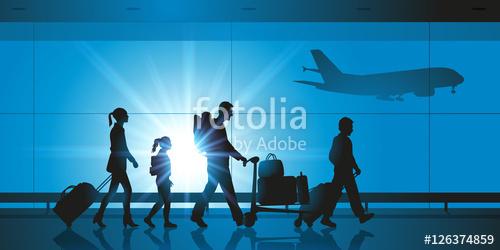 Família deslocando-se dentro de um aeroporto